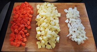 découpe légumes carotte pomme de terre oignon