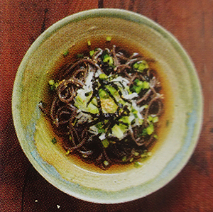 nouilles de sarrasin pâtes noires idée de repas originale surprenante